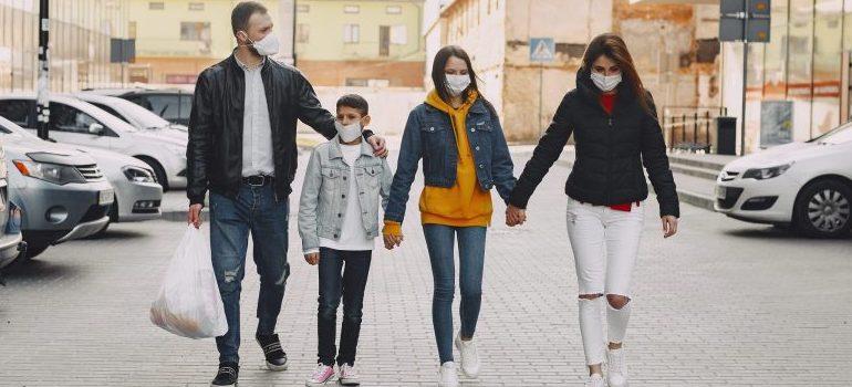 family in shopping, wearing medical masks, corona pandemic 2020/2021